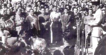 soekarno-bertemu-chou-enlai-pm-rrt-1955-sumber-tong-djoe_52_1423553423
