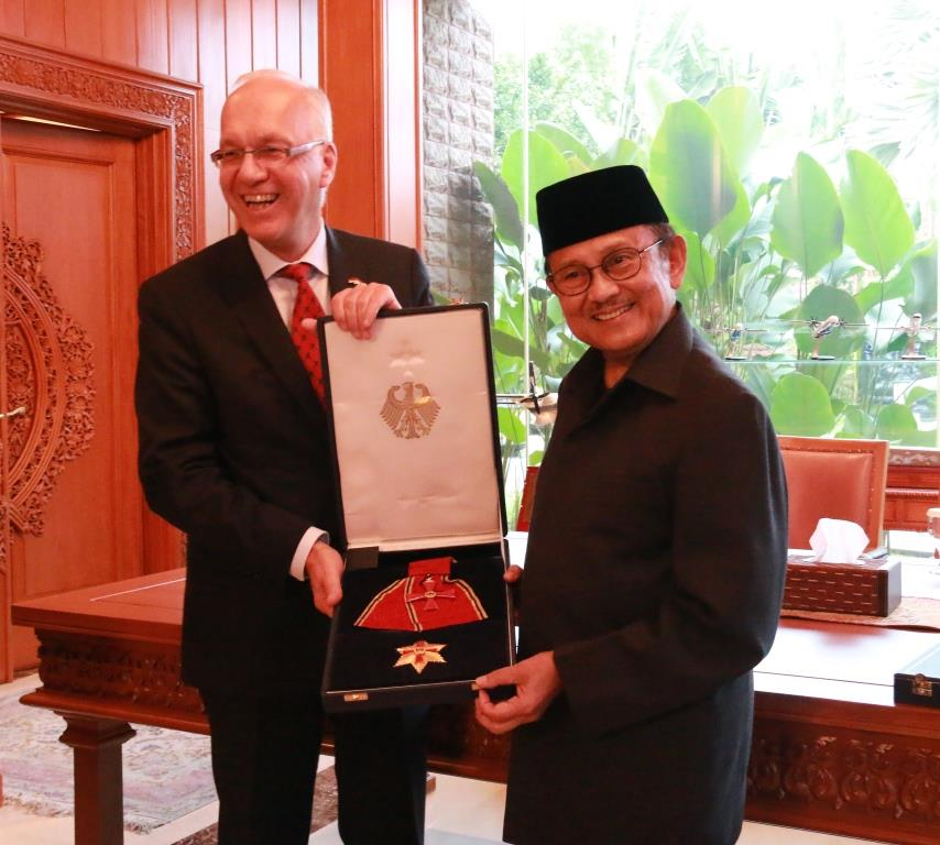 Penyerahan Bintang Penghargaan Kepada Prof. Dr. Ing. H. B. J. Habibie